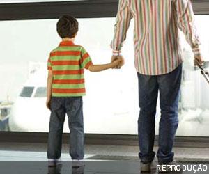 Juíza do DF concede domiciliar a homem com filho autista